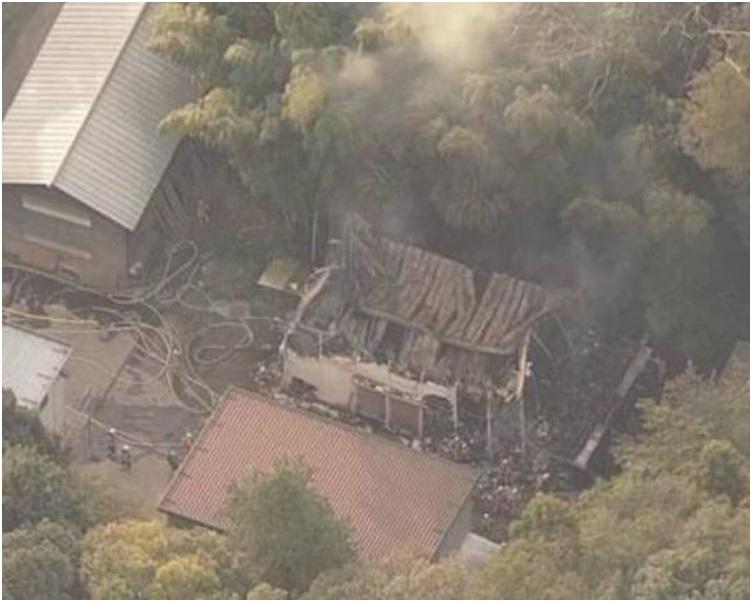 明治神宫内一座仓库起火冒出大量浓烟。图:NHK