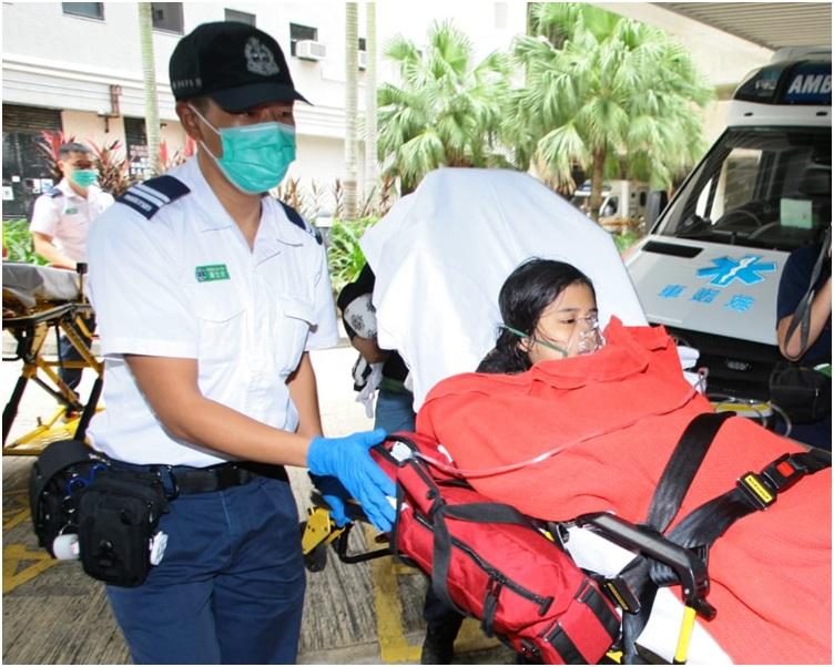 女童清醒送院救治。