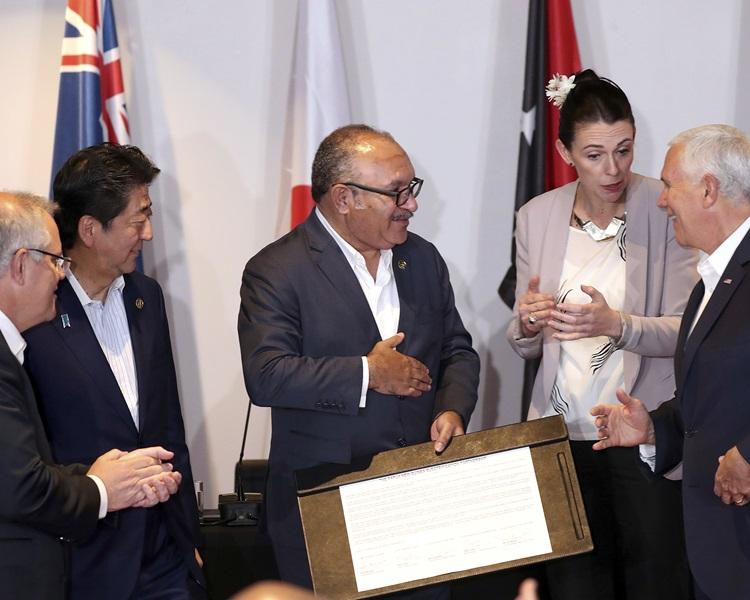 美(右)、新(右二)、日(左二)、澳(左)四国,与巴新签署兴建供电设施的协议。