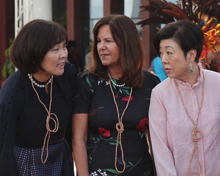 台方代表夫人張淑芬(右)出席APEC峰會時上演「夫人外交」,與各國夫人相處融洽。