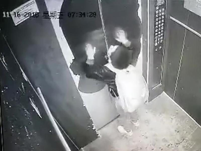男童被困电梯内吓得哭起来。(网图)