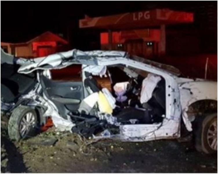 整辆车撞成废铁。网图