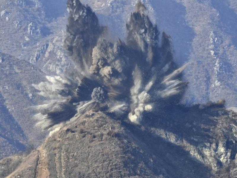 南韩国防部称北韩以爆破方式拆除非军事区哨站。