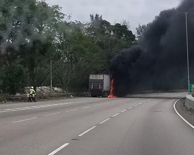 貨車於粉嶺公路自焚。Agnes Kan圖片