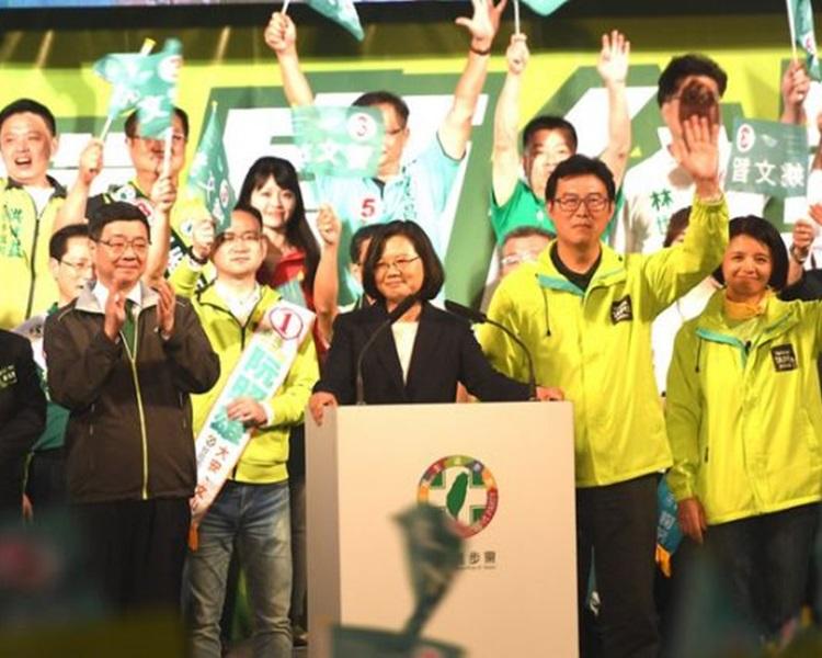 台灣蔡英文總統兼民進黨主席(中)為民進黨籍台北市長候選人姚文智(右2)站台。網圖