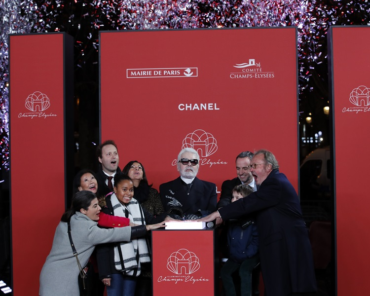 「老佛爺」與巴黎市長伊達爾戈一同為巴黎香榭麗舍大道亮燈。AP