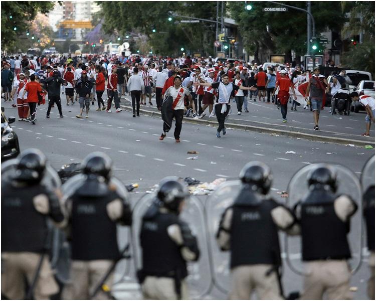 警方到場後施放催淚彈及用胡椒噴霧驅散滋事分子。AP