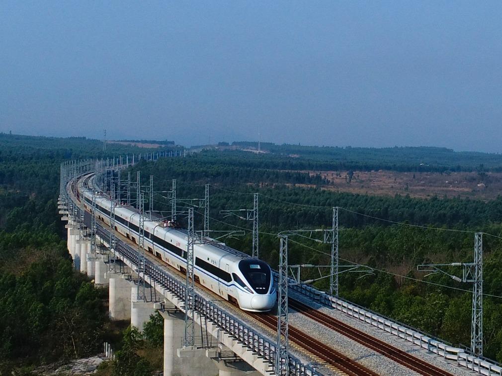 中國鐵路總公司預計明年開始在全中國推行高鐵電子票。新華社圖片