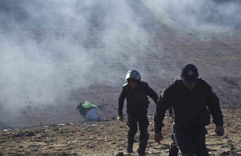 美國邊防人員出動催淚彈,驅散在墨西哥接壤美國邊境聚集的中美洲移民。(網圖)