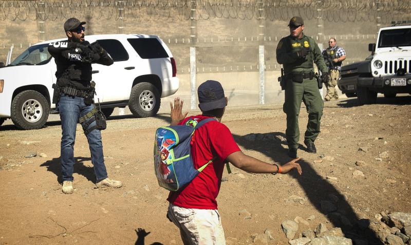 美國邊境巡邏辦公室公布,暫時關閉聖迭戈通往蒂華納的陸路口岸。墨西哥表示,會將約五百名企圖以暴力方式非法進入美國的移民遞解出境,並已控制示威局面,暫時不會派兵到邊境。(網圖)