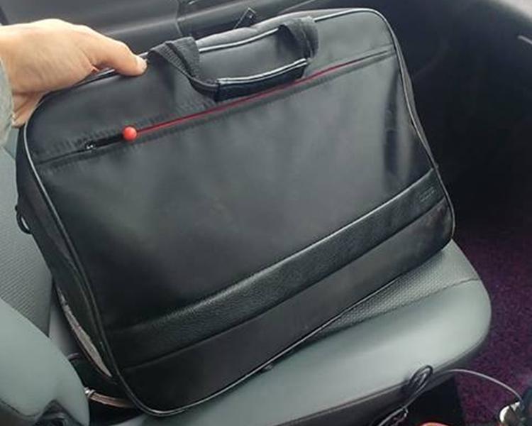 電腦袋中除了手提電腦外,亦放了護照及現金。