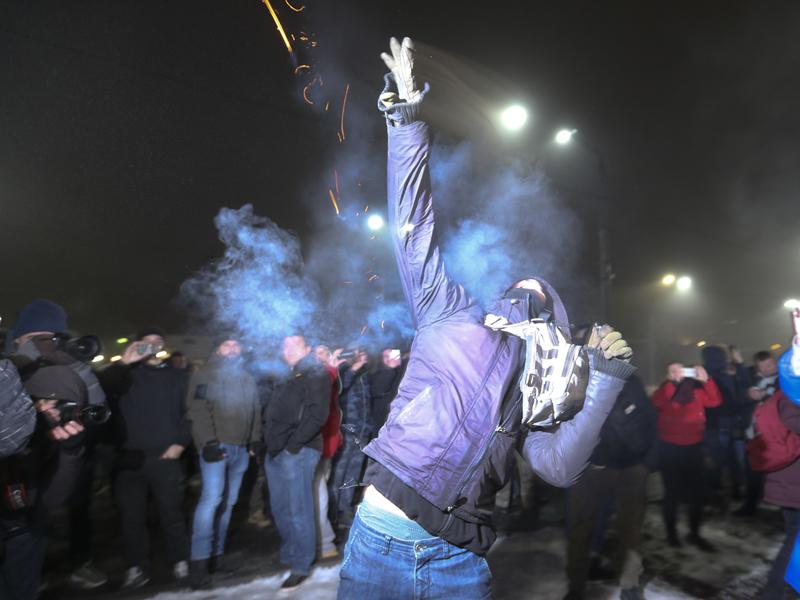 俄烏海上衝突導致局勢升級 俄大使館外爆發抗議。AP