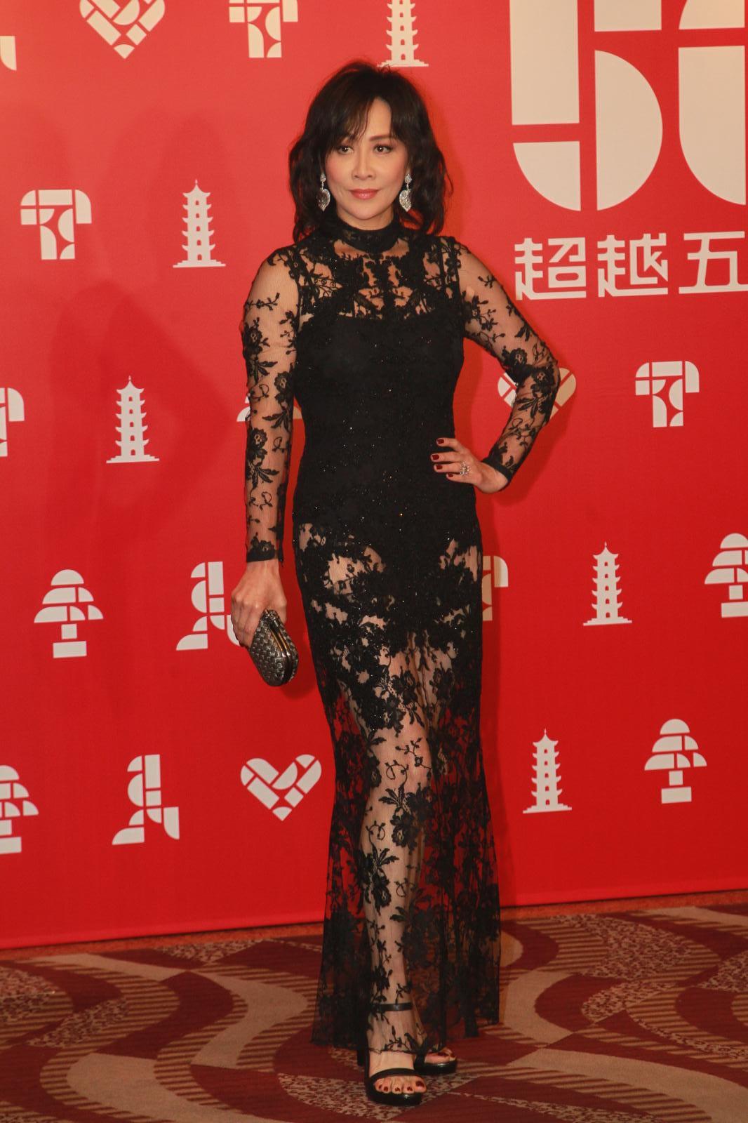 劉嘉玲身穿黑色喱士長裙亮相。