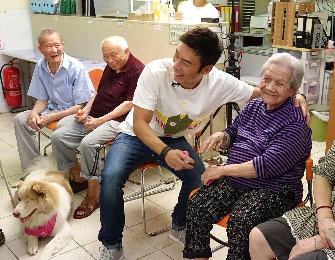許志安到元朗一間老人中心進行探訪。
