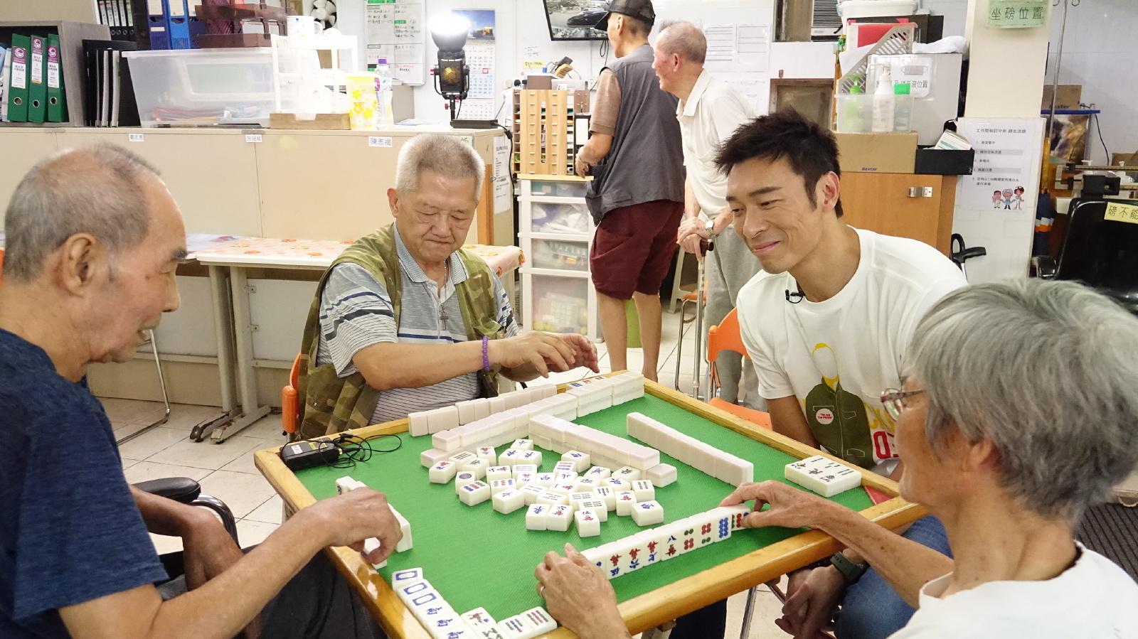 安仔同幾位老友記一同打麻雀。