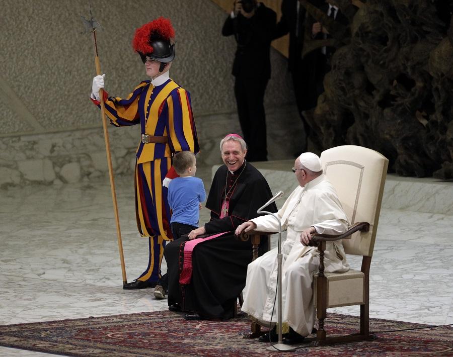 6歲男童維爾特突然獨自走上講台,逗得大主教和教宗發笑。美聯社