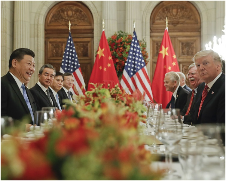 習近平(左)應邀與特朗普(右)共進晚餐。AP