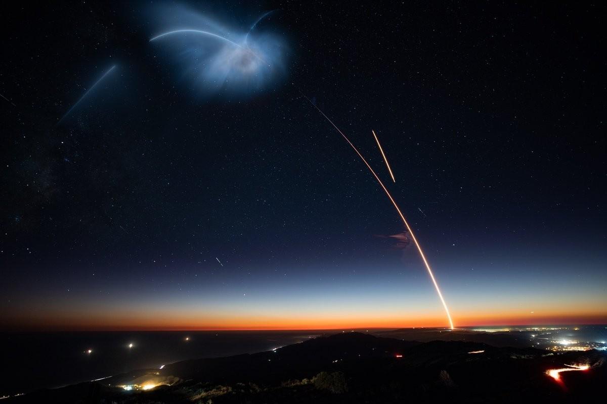 SpaceX發射火箭照亮南加州天際的剎那時光。(網圖)