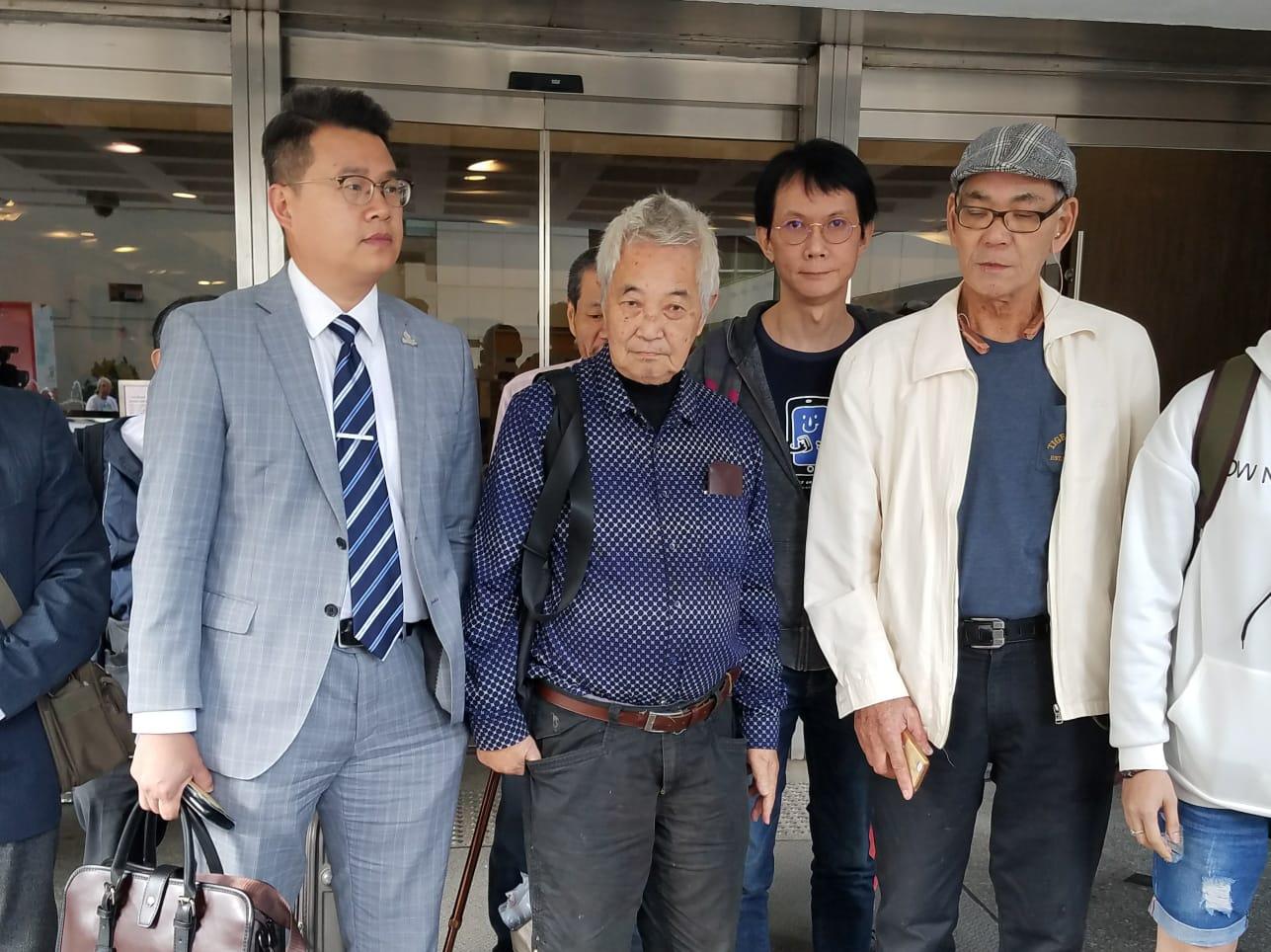 長洲居民郭卓堅(左二)。黃梓生攝
