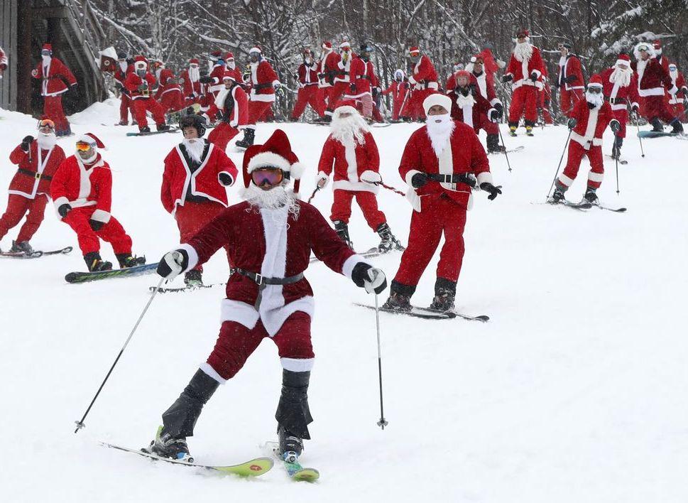 美国缅因州小镇纽里昨日有300名圣诞老人滑雪为当地的教育及文娱计划筹款。