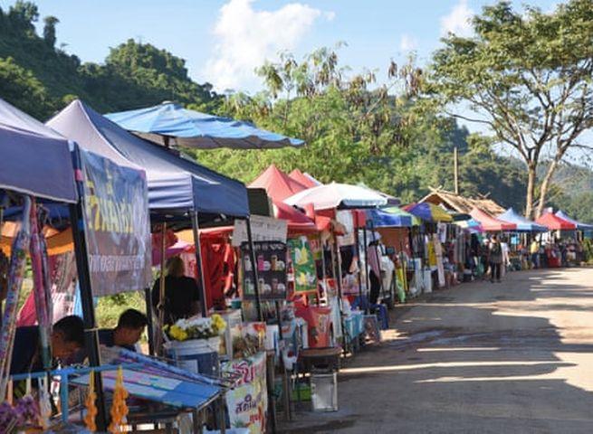 洞穴附近出现不少售卖纪念品及食物的摊位及小贩。网图