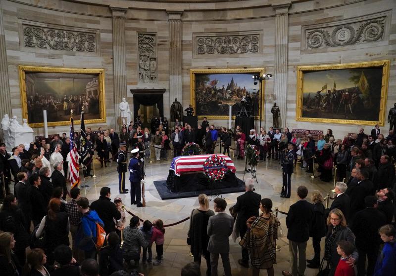 覆盖美国国旗的灵柩,由总统专机空军一号,由得州休斯敦移送到华盛顿。