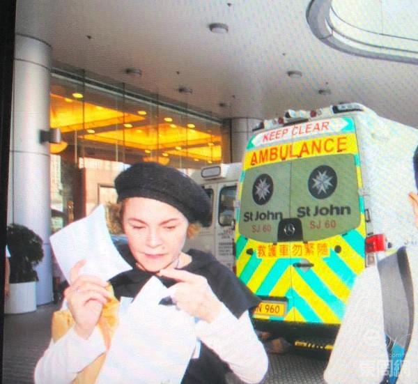 栢芝媽出現醫院見到記者即慌忙走避。(東周網圖片)