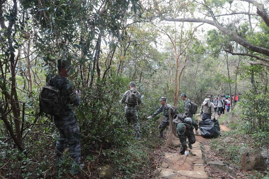 駐港解放軍早前以公益性質到郊野公園清理塌樹斷枝。資料圖片