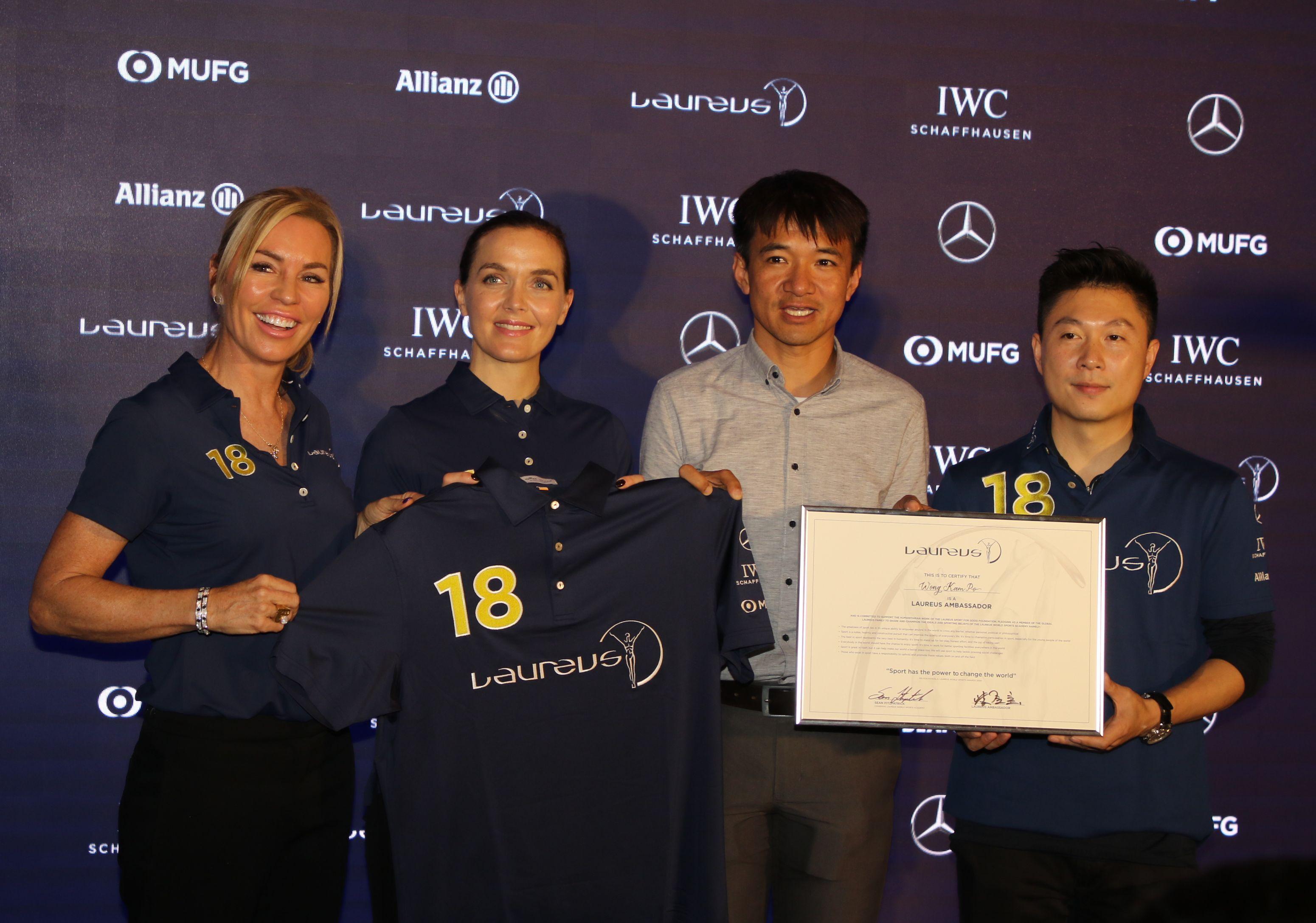 黃金寶(右二)獲委任為勞倫斯香港大使。王嘉豪攝