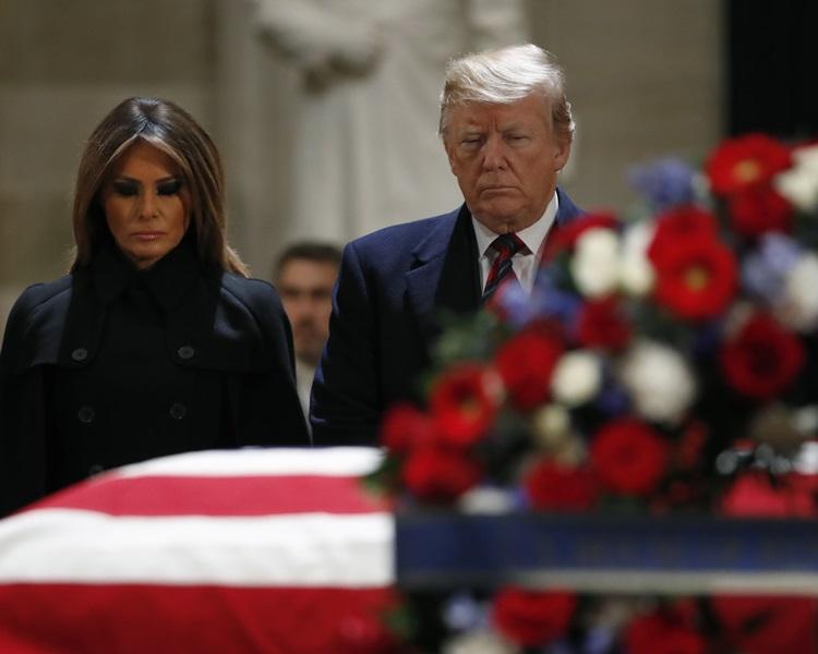 特朗普及其夫人向老布殊致意。AP