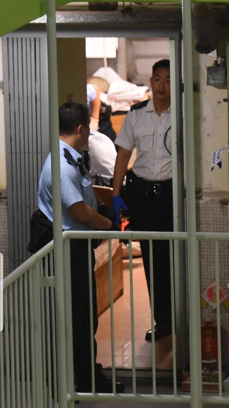 警方以白布遮蓋屍體。