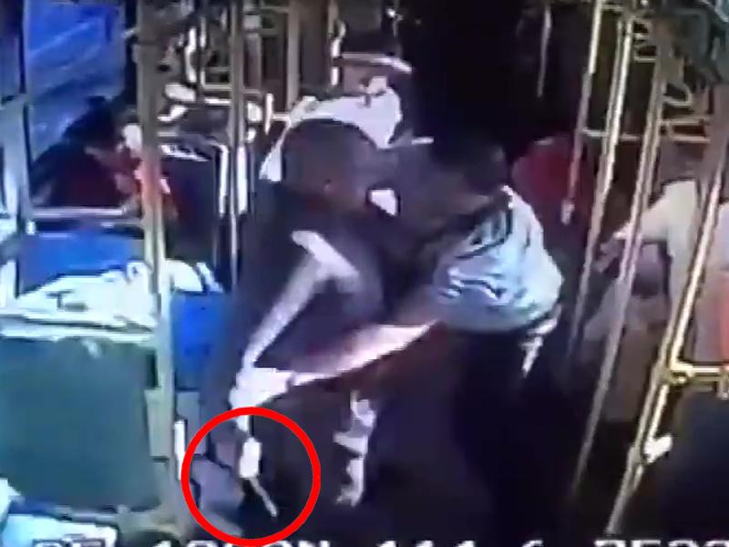 光頭男子從行李找出了一把刀,轉身向一個背黑色包的男子捅過去,他雙手抓住光頭男子,控制住了他持刀的右手。(網圖)