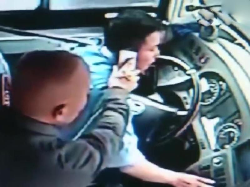 光頭男子逼巴士司機接電話指路。(網圖)
