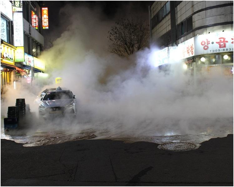 熱水流出長達1小時,整條街都煙霧瀰漫。網圖