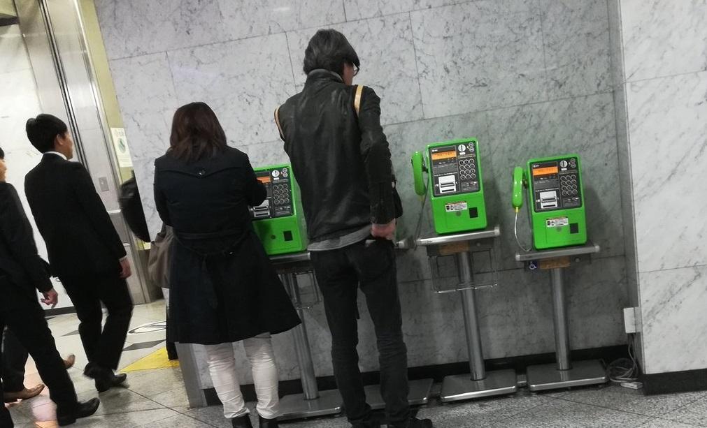 日本民衆尋找投幣電話應急。網上圖片