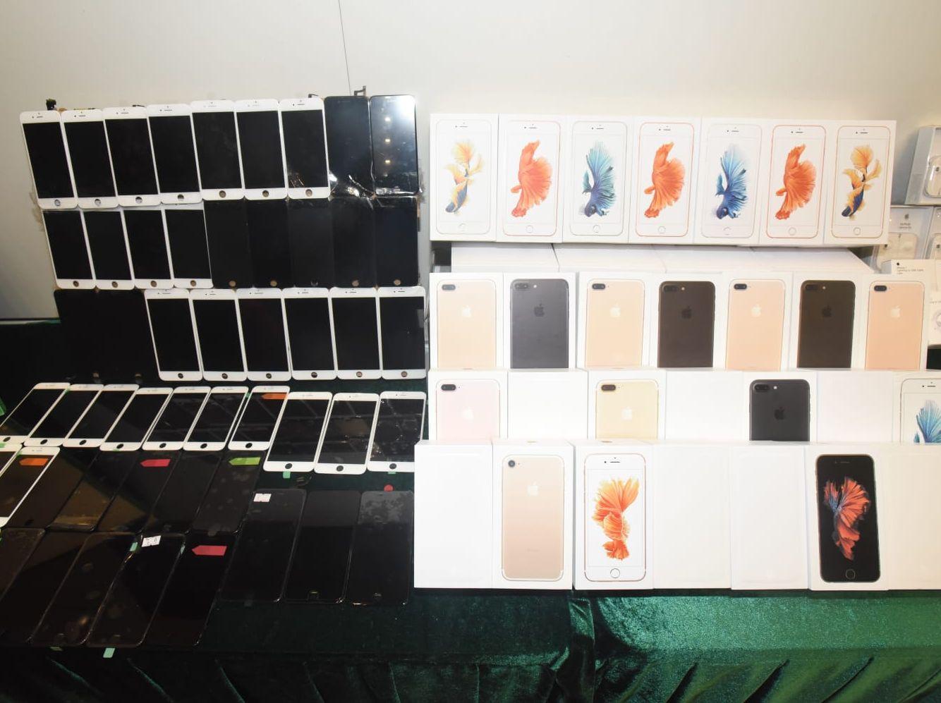 海關共檢獲3300件懷疑冒牌智能電話及配件,估計市值約100萬元。