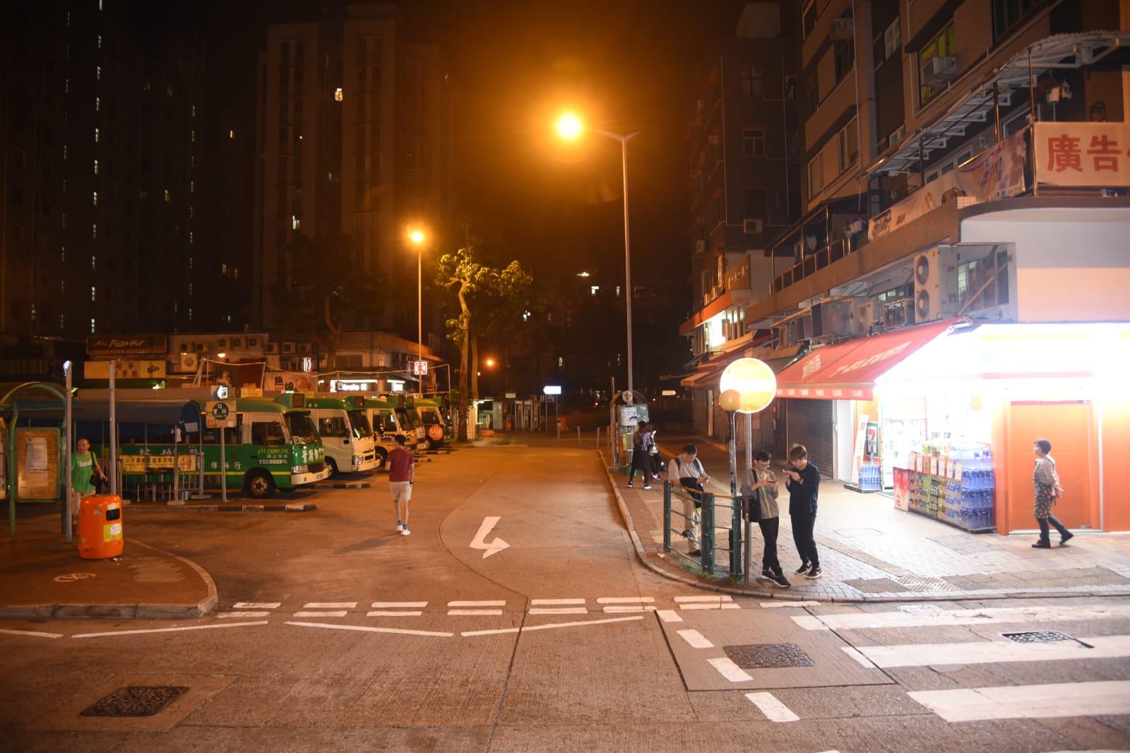 西貢小巴溜前撞便利店燈箱。