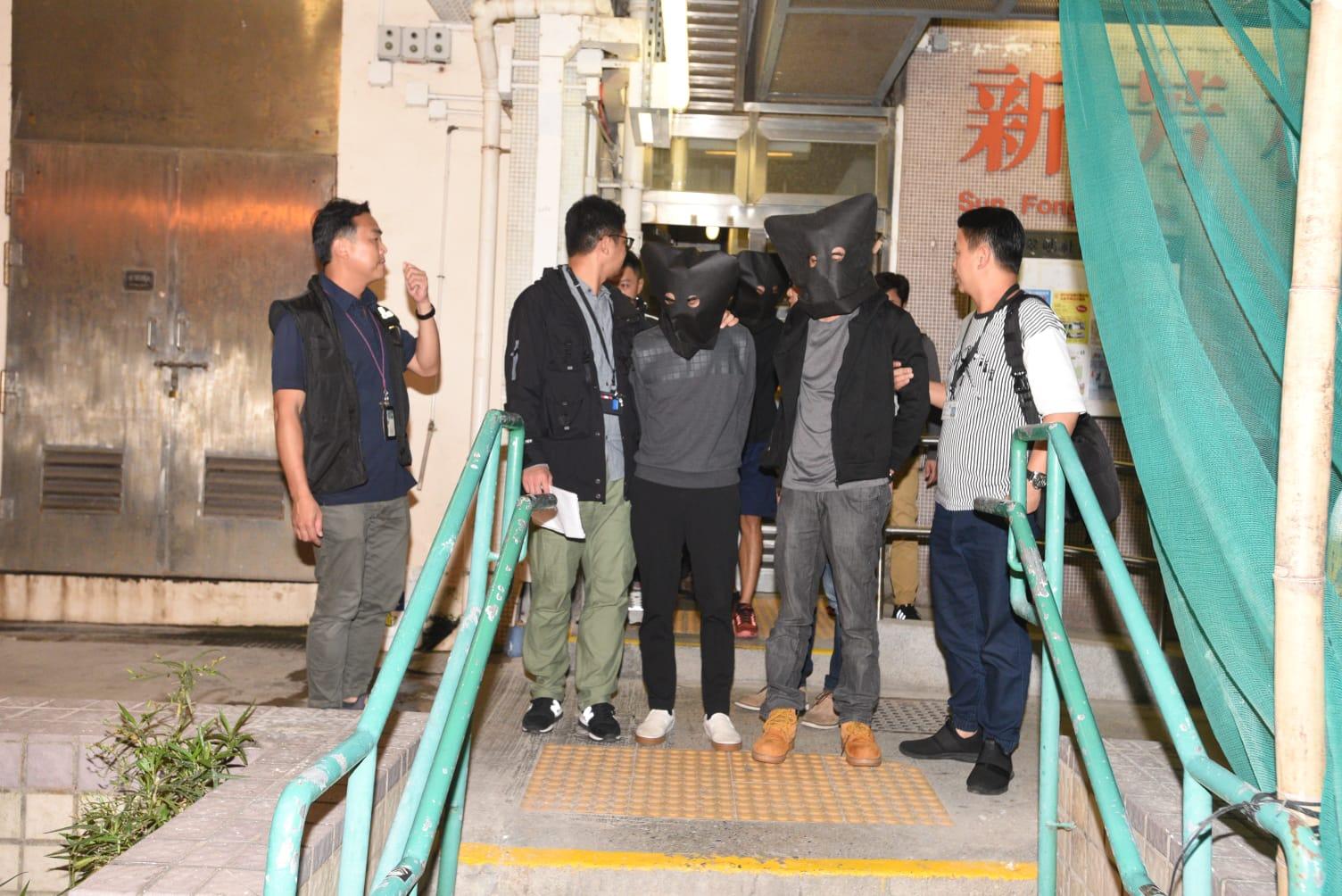 四名男子涉多次在超市偷酒,被警方拘捕。