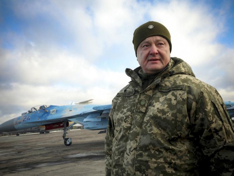 烏克蘭總統波羅申科視察空軍基地,為一批即將派駐接壤俄羅斯邊境地區的空中突擊隊員激勵士氣。AP