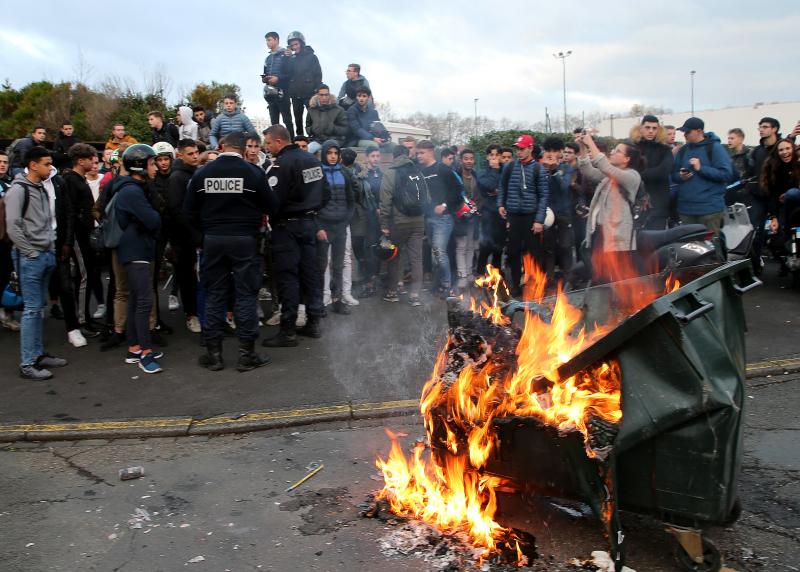 在法國西南部,有青少年上街,抗議教育改革,部分蒙面示威者縱火焚燒垃圾桶。AP
