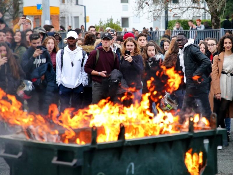 在法國西南部有學生示威,部分示威者縱火焚燒垃圾桶。AP