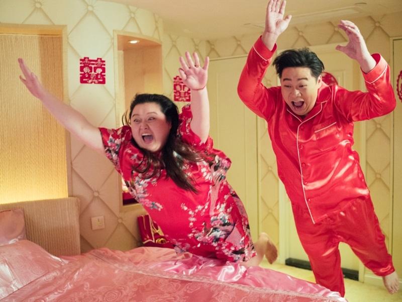 細細粒和何遠東拍床戲,大玩「上床版笨豬跳」。