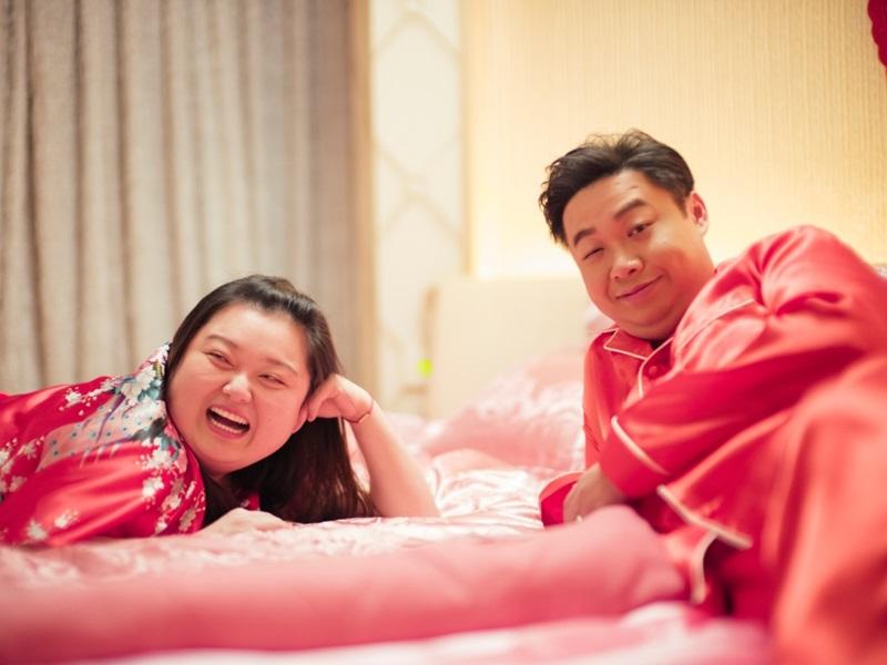 細細粒和何遠東拍床戲,充滿歡樂。