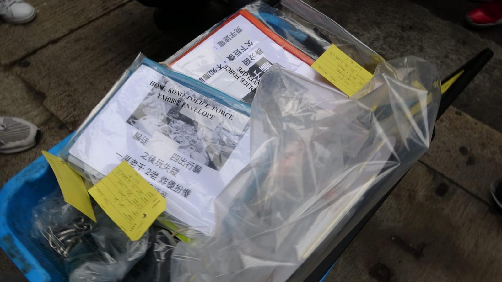 警方搜出收債文件、鐵鏈、宣傳單張等