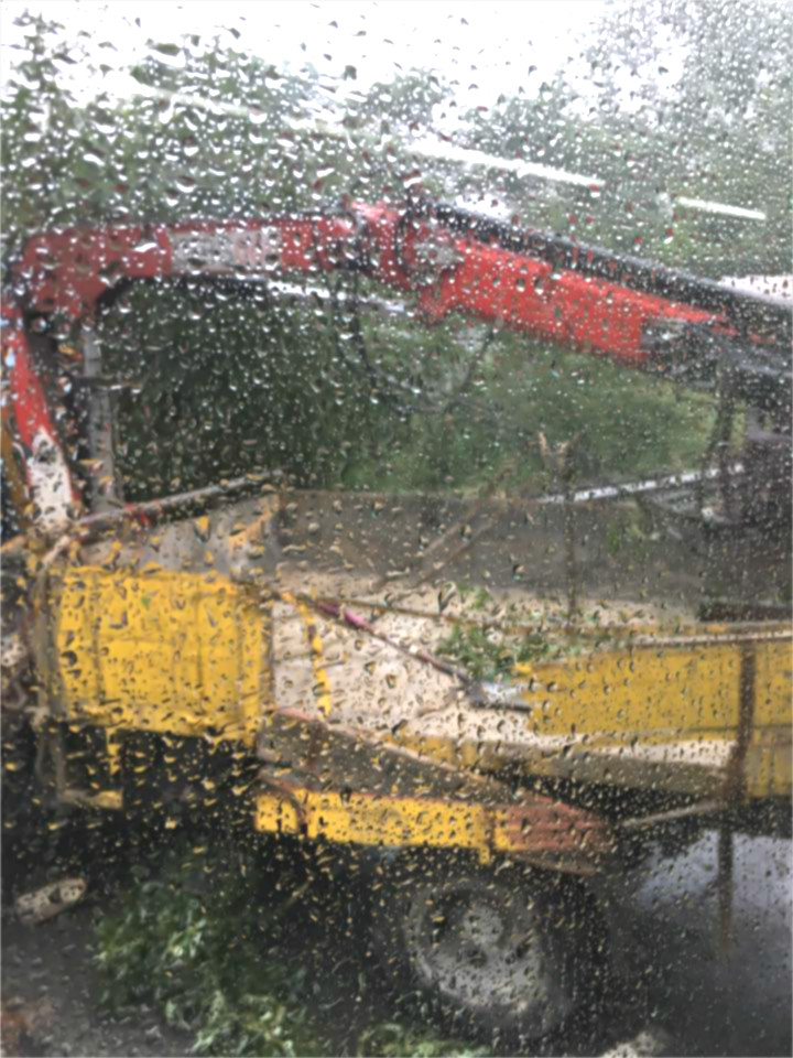 東涌道工程車雨中失事。網民Trisha Yung 圖片