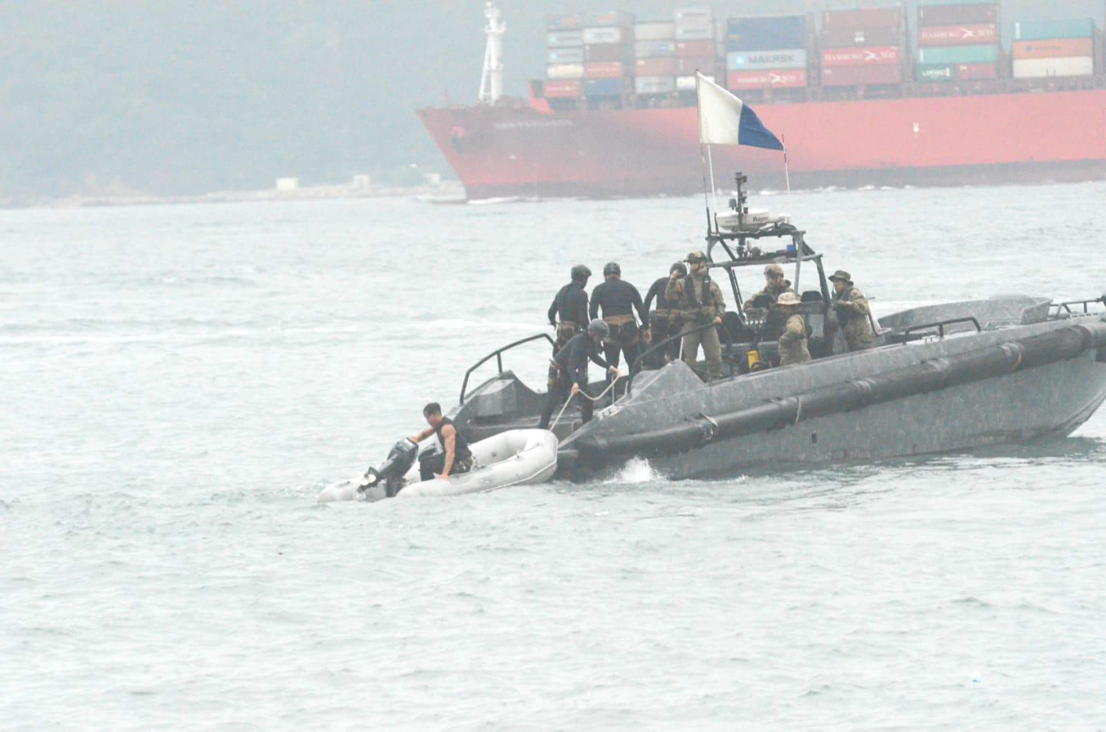 飛虎隊「水鬼隊」乘坐小艇到發現屍體海面。