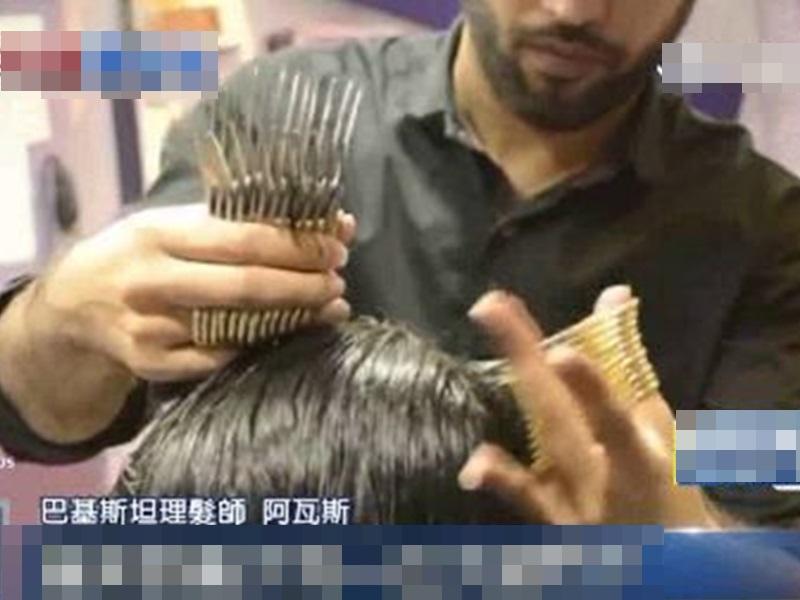 巴基斯坦一名髮型師可以同時用左右手拿27把剪刀幫客人剪髮。