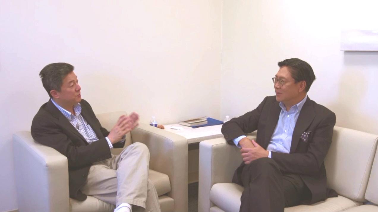 史丹福大學教授張首晟(左)曾接受馬時亨訪問。無綫電視節目截圖