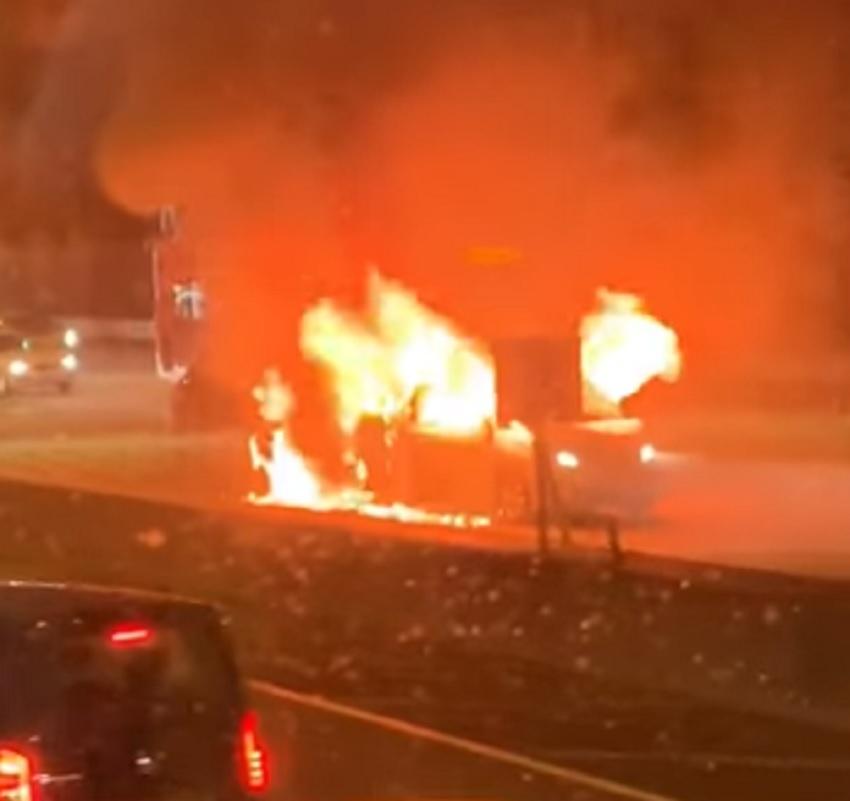 汽車陷入火海。網民Chun Ka Wong圖片