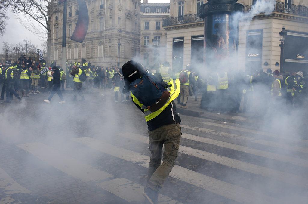 防暴警察释放催泪弹驱散示威者。